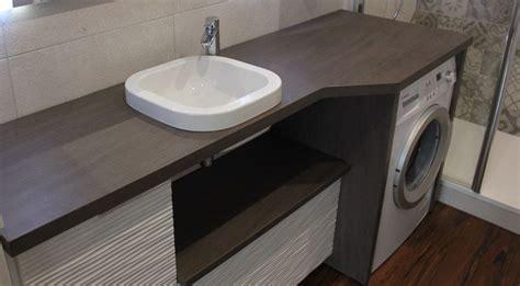 un meuble au design moderne avec lave linge et panier