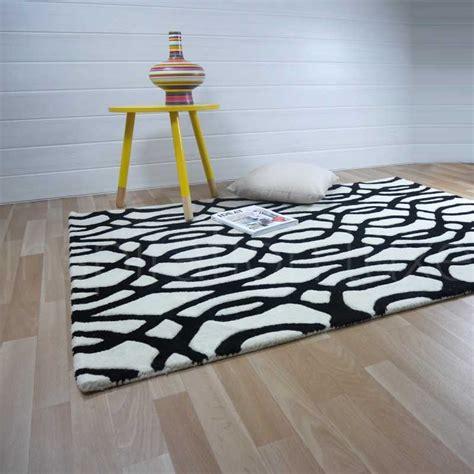 tapis de salon design noir  blanc en laine fait main