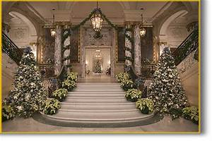 newport-mansions-christmas-time-staircase