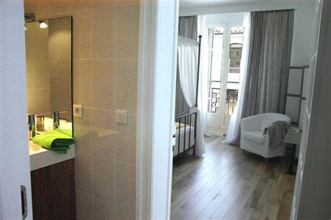 italienne dans chambre les sanitaires d 39 un appartement de standing à louer au
