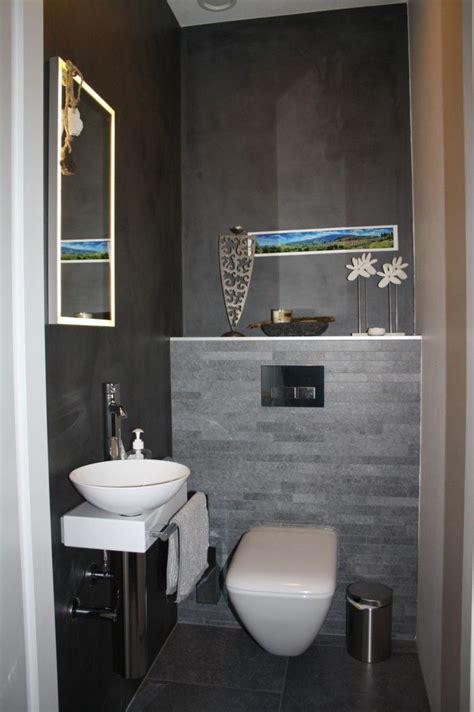 gasten wc met grijze tegels twee muren met divisorio