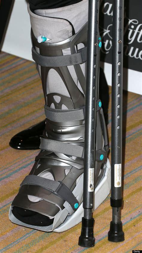 kobe bryant crutches  injury boot  eif gala nba