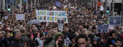 Desmitiem tūkstoši cilvēku Briseles ielās pieprasa ...