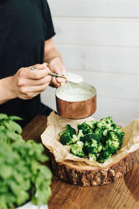 Brokoļu uzkoda ar saldā krējuma mērci - Pie Galda!