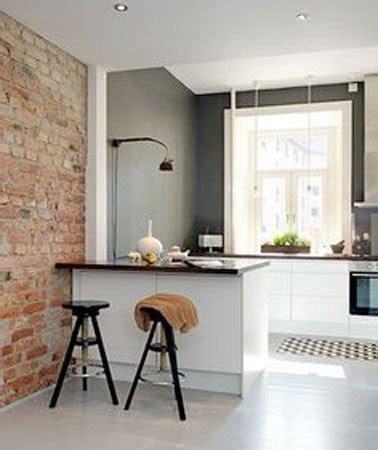 cuisine sur un pan de mur un mur en brique c 39 est stylé en déco de cuisine