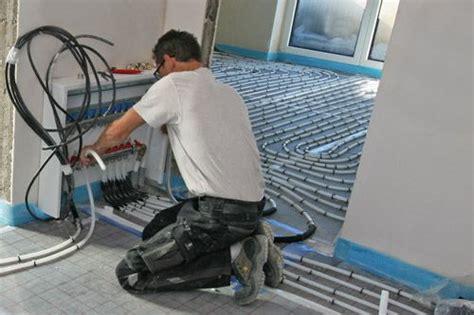 fußbodenheizung verlegen tackersystem schritt 6 rohr am heizkreisverteiler anschlie 223 en fussbodenheizung tackersystem ans