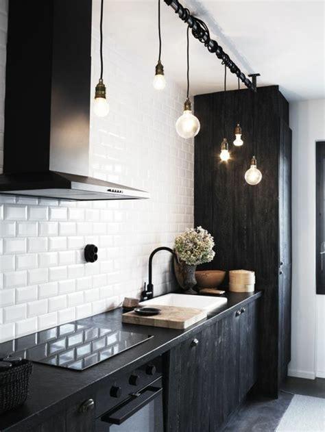 cuisine en noir et blanc le carrelage métro blanc fait fureur dans la cuisine