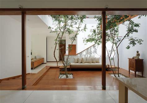 lalith gunadasa architects reimagines vernacular sri lankan courtyard  modern house degn