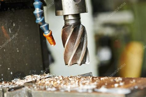 bohren metall prozess der werkzeugmaschine metall bohren stockfoto 169 kalinovsky 53556835