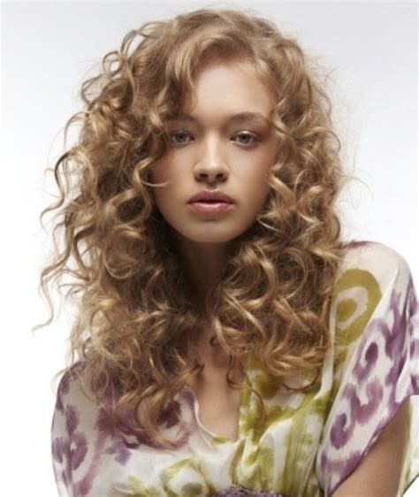 Flatter Your Round Shaped Face With These 5 Curly