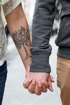 arbre feuillu femme a tatouer interieur avant bras tatouage femme