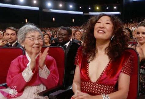 sandra oh mother sandra oh s mother wows emmy awards with hanbok