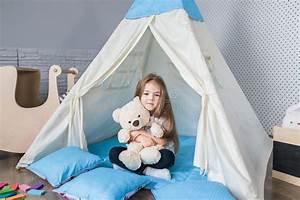 Tente Enfant Tipi : enfant jouant avec une tente de tipi image stock image du gosses preschooler 83523837 ~ Teatrodelosmanantiales.com Idées de Décoration