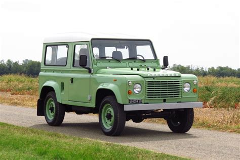 listed  land rover defender   speed
