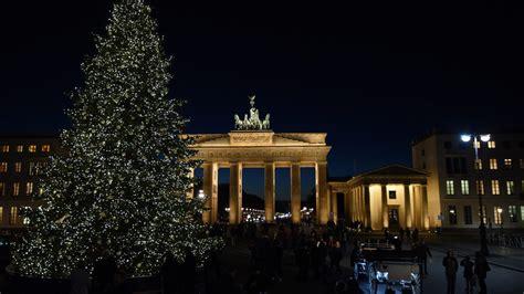 weihnachtsbaum auf dem pariser platz in berlin b z berlin
