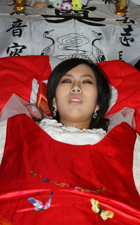 Are there any photos of women in open casket? Pin de abe liu em Chinese Women's Funerals (including performing photos )