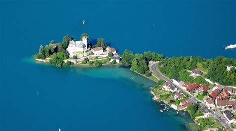 dans la chambre d hotel découvrir le château ruphy sur le lac d annecy hôtel des