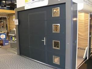 Porte De Garage Motorisée Avec Portillon : porte de garage sectionnelle avec portillon et hublot ~ Dode.kayakingforconservation.com Idées de Décoration