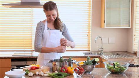 femme en cuisine femme faire la cuisine hd collection stock vidéo