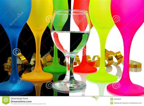 verres de vin color 233 s sur un backgrou noir et blanc photos libres de droits image 35620038
