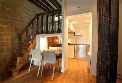 escalier entre cuisine et salon studio à louer rue monsieur le prince lardennois