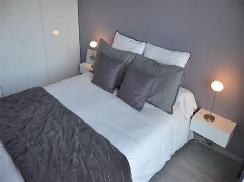 photos d 233 coration de chambre d adulte suite moderne design contemporain violet gris de