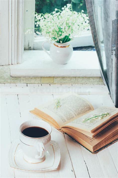 libro sui fiori tazza di caff 232 e fiori in libro aperto fotografia stock