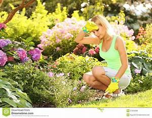 Garten Blumen Pflanzen : gardening blondine die blumen im garten pflanzen stockfoto bild 57254206 ~ Markanthonyermac.com Haus und Dekorationen