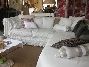 Comment Recouvrir Un Canapé D Angle : le salon canap d 39 angle recouvert d 39 un jete de lit ancien avec coussins en dentelles derri re ~ Melissatoandfro.com Idées de Décoration