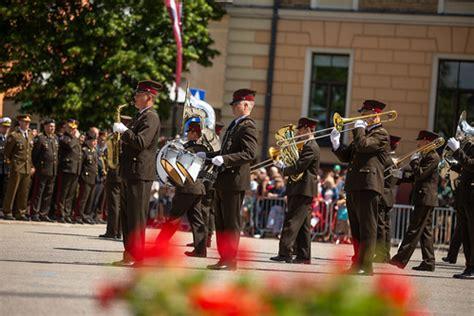 Cēsu kauju atceres pasākumā demonstrē Latvijas un sabiedro… | Flickr