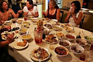Savannah39s downtown restaurants for Mrs wilkes dining room