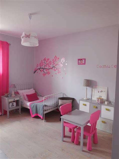 chambre de fille aux murs gris  fushia scenesdinterieur