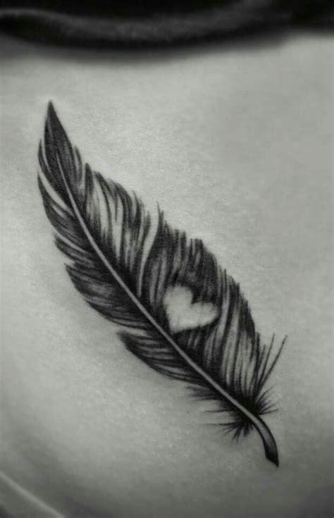 tatouage femme plume  oiseau avec coeur tatouage femme