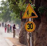 Знак ограничения скороссти на главной дороге