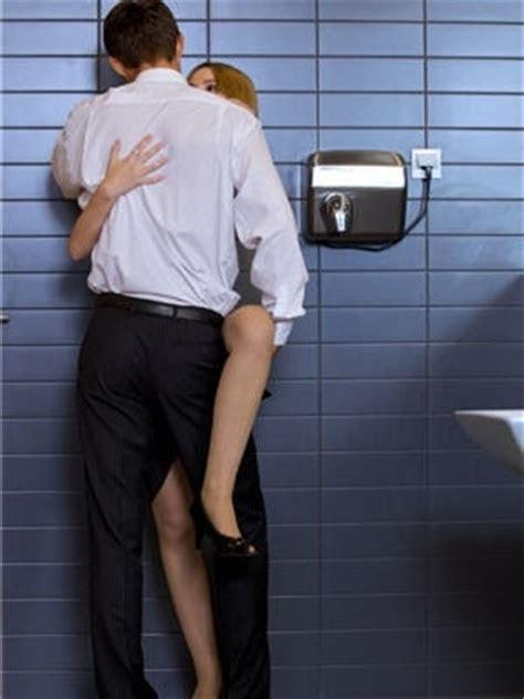 un fait l amour dans la cuisine dans les toilettes d 39 un restaurant