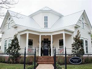Magnolia Fixer Upper : fixer upper renovation and holiday decor at magnolia house bed and breakfast hgtv 39 s fixer ~ Orissabook.com Haus und Dekorationen