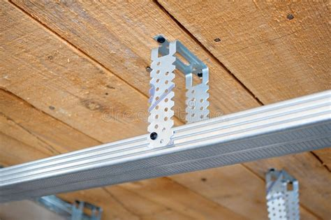 decke abhängen holz oder metall de details het metaal voor een vals plafond stock foto afbeelding bestaande uit plank
