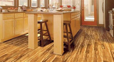 suelos de bambu en toda la casa tambien en cocinas
