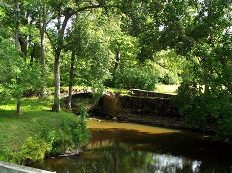 Latvijas muižas un pilis un citas interesantas vietas: Kujas upes mūra loka tilts