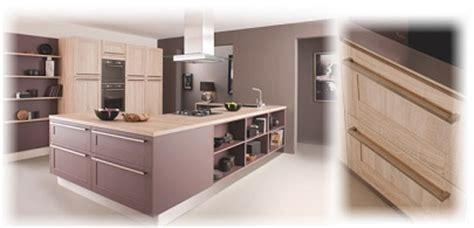 cuisinella joue avec le bois dans la cuisine