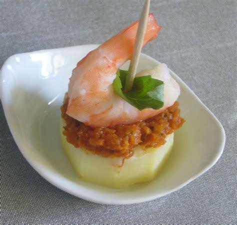 Petits Canapés Aux Confits De Tomates Séchées Ou Canapés De Pomme De Terre Aux Crevettes Et Pesto