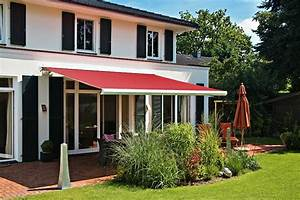 pergola markise zum sonnenschutz 23 beispiele With markise balkon mit rote tapete wohnzimmer