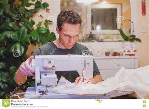 la maison de la machine a coudre homme avec la machine 224 coudre 224 la maison photo stock image 71968444