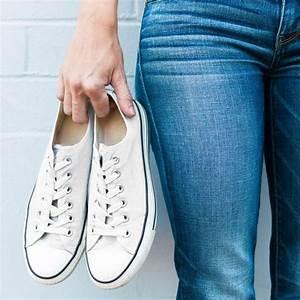 Weißes Leder Reinigen : wei e turnschuhe reinigen mit diesen 4 genialen tricks sehen eure sneaker wieder aus wie neu ~ Frokenaadalensverden.com Haus und Dekorationen