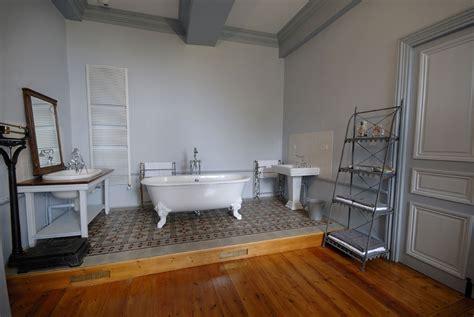 baignoire dans chambre suites spacieuse et chambres confortables pour séjour de