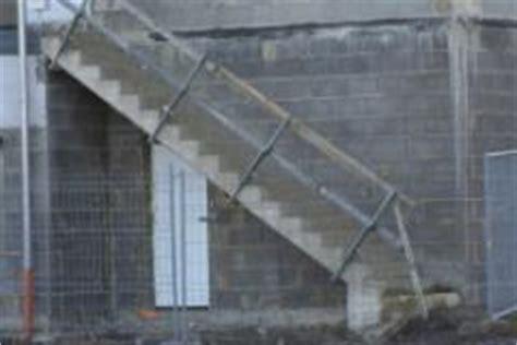 holzplatten für aussenbereich betontreppe als aussentreppe eines geb 195 164 udes bauunternehmen