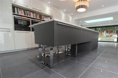 meuble cuisine et gris cuisine gris anthracite 56 idées pour une cuisine chic