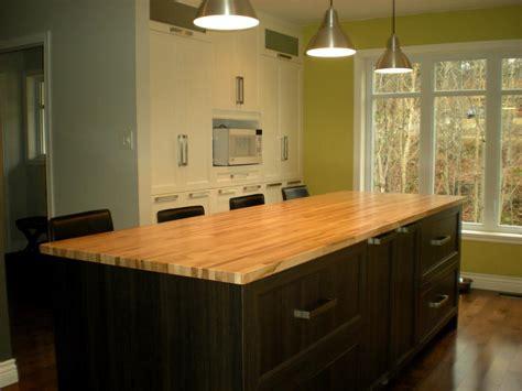 cuisine moderne ilot ilot de rangement en bois noir et table en bois jaune
