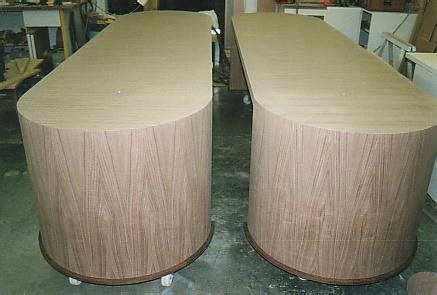 bureau de clerc bureau tafels afgerond in notelaar interieurbouw de clercq