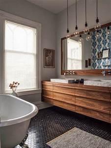 le carrelage noir entre dans la salle de bain et la With carrelage salle de bain petit carreaux